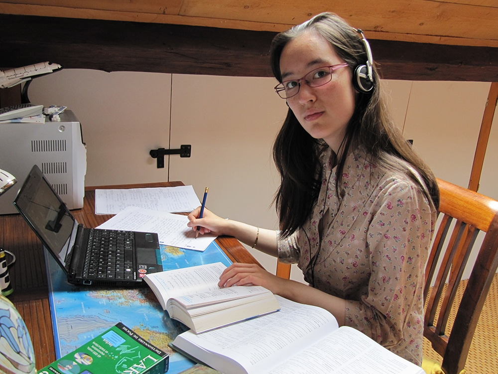 Victoria Castro au travail sur la méthode Assimil d'arabe.