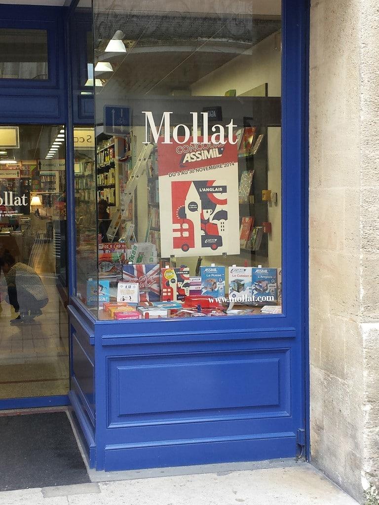Assimil en vitrine à la librairie Mollat