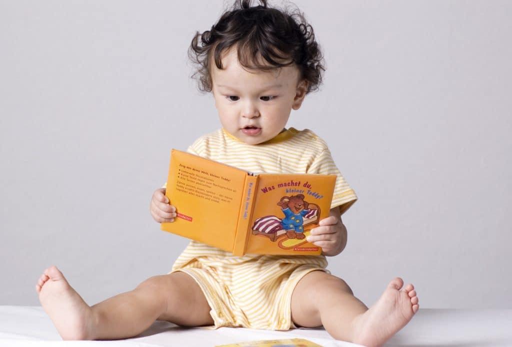 Comment les bébés apprennent-ils leur langue maternelle ?